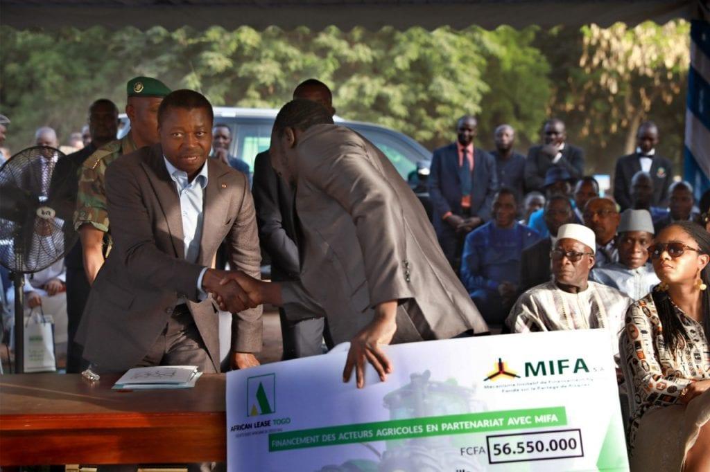 Le Président de la République SEM Faure Essozimna Gnassingbé a présidé, ce 03 février 2020 à Tchamba (région centrale), une cérémonie de signature de trois accords de financement des chaînes de valeur agricoles, à travers le MIFA.