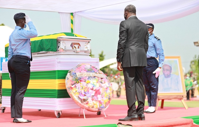 Le chef de l'Etat, SEM Faure Essozimna Gnassingbé a présidé, ce 24 octobre 2020 à Gando, les cérémonies du dernier hommage mérité à feu Fambaré Ouattara Natchaba, ancien président de l'Assemblée nationale rappelé à Dieu le 15 octobre dernier à l'âge de 75 ans.