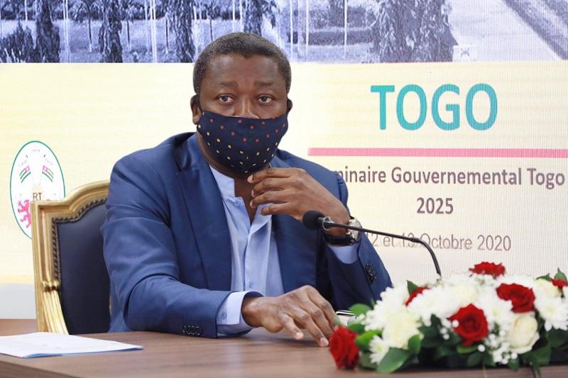 Une cérémonie de signature d'engagement solennel entre le Premier ministre et des membres gouvernement s'est déroulée ce 13 octobre 2020 en présence du Président de la République, SEM Faure Essozimna Gnassingbé. C'était à l'issue du séminaire gouvernemental. Première du genre au Togo, cet acte répond à la vision du chef de l'Etat qui met un accent particulier sur la gestion axée sur les résultats, l'ouverture et la disponibilité et le sens des valeurs patriotiques, en vue d'accélérer la transformation de l'économie nationale tout en garantissant un partage de la prospérité en faveur de tous.