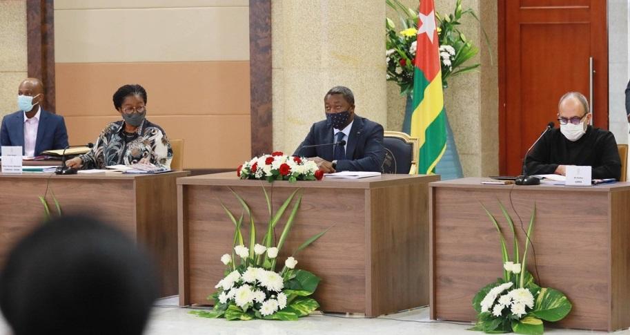 Le nouveau gouvernement s'est réuni, ce 12 octobre 2020 à Lomé au palais de la Présidence de la République, pour un séminaire de trois jours, sous l'autorité du Président de la République, SEM Faure Essozimna Gnassingbé. Cette première rencontre permettra de définir et d'échanger autour des hautes orientations des différents départements ministériels déclinées dans la feuille de route du gouvernement, en vue d'une meilleure coordination de l'action gouvernementale pour les cinq prochaines années, au bénéfice des citoyens.