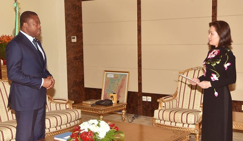 Le Président de la République, SEM Faure Essozimna Gnassingbé a reçu ce 21 décembre 2020 les lettres de créance de la nouvelle Représentante-résidente de l'Organisation internationale de la Francophonie pour l'Afrique de l'Ouest, Mme Thi Hoang Mai Tran. A cette occasion, le Chef de l'Etat et la Représentante de l'OIF ont fait le tour d'horizon des relations de coopération diplomatique, politique et culturelle entre l'institution et notre pays ainsi que les perspectives.