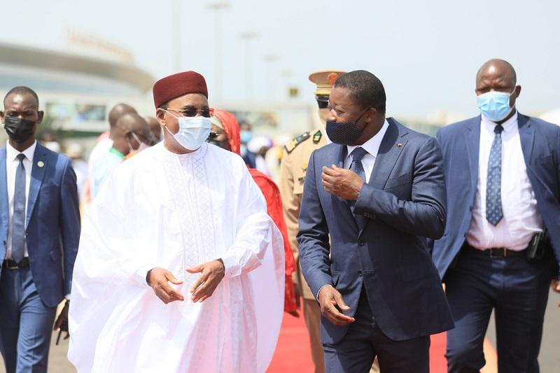 Le Président de la République du Niger, Issoufou Mahamadou a effectué ce 27 mars 2021 une visite de travail et d'amitié au Togo. A son arrivée, il a eu des entretiens en tête-à-tête avec son homologue togolais, Faure Essozimna Gnassingbé sur des questions d'intérêt commun au plan bilatéral, et échangé sur des sujets d'ordre sous-régional.