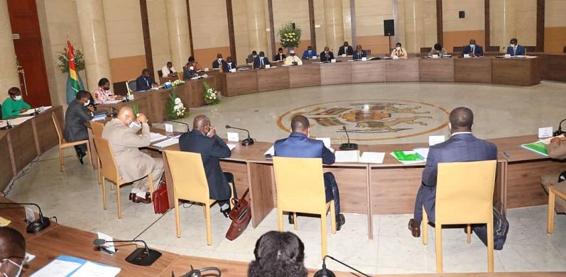 1. Le Conseil des Ministres s'est réuni le Jeudi 03 Juin 2021 sous la Présidence de Son Excellence Monsieur Faure Essozimna Gnassingbé, Président de la République. 2. Le Conseil a examiné un avant-projet de loi, deux (02) projets de décret et écouté deux (02) communications.